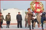 26日、朝鮮戦争の休戦から65年に際し祖国解放戦争参戦烈士墓を訪れた金正恩氏(朝鮮中央通信)