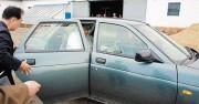 2018年6月、中朝国境地帯を視察した際に古いロシア製小型車に乗り込む金正恩氏(朝鮮中央テレビ)