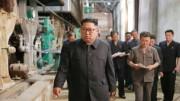 新義州化学繊維工場を視察する金正恩氏。不満げな表情を浮かべている(朝鮮中央通信)
