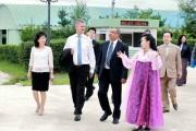 北朝鮮国土環境保護省の中央養苗場を視察するエリック・ソールハイム国連環境計画事務局長ら一行(2018年8月24日付労働新聞)