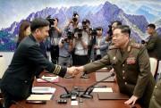 会談終了後、握手を交わす南北の首席代表(写真共同取材団)