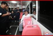 新型トロリーバスに試乗した金正恩氏(2018年8月4日付朝鮮中央通信)