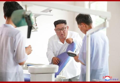 妙香山医療器具工場を視察する金正恩氏(2018年8月21日付朝鮮中央通信)