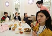 北朝鮮での韓国芸術団公演に参加し、平壌の玉流館で冷麺を食べるガールズグループ・レッドベルベットのメンバーら(2018年4月2日、韓国共同写真取材団)