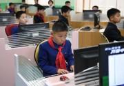 北朝鮮の英才教育のメッカ、万景台学生少年宮殿でコンピュータ学習に熱中する少年(2018年4月3日、韓国写真共同取材団)