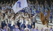 18日、ジャカルタで行われたアジア大会の開会式で合同入場する南北の選手ら(ニューシス Korea)
