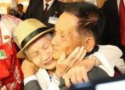 20日、北朝鮮・金剛山で行われた南北離散家族再会の一場面。韓国側から参加した母親と、北朝鮮で暮らす息子(ニューシス Korea)