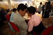 20日、北朝鮮・金剛山で行われた南北離散家族再会の一場面。韓国側から参加した兄と、北朝鮮で暮らす妹(ニューシス Korea)