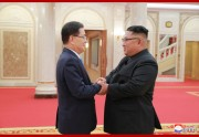 韓国大統領の特使団を率いて訪朝した鄭義溶氏と金正恩氏(2018年9月6日付朝鮮中央通信)