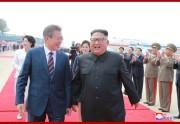 18日、平壌国際空港に到着した文在寅氏を出迎えた金正恩氏(2018年9月19日付朝鮮中央通信)