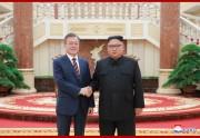 18日、平壌の朝鮮労働党中央委員会の本部庁舎で今年3回目となる首脳会談を行った金正恩氏と文在寅氏(2018年9月19日付朝鮮中央通信)