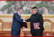 19日、「9月平壌共同宣言」に署名し握手を交わす金正恩氏と文在寅氏(2018年9月20日付朝鮮中央通信)