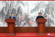 19日、「9月平壌共同宣言」に署名後、共同会見で発表する金正恩氏と文在寅氏(2018年9月20日付朝鮮中央通信)