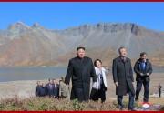 20日、朝鮮半島の最高峰・白頭山に上った金正恩氏と文在寅氏(2018年9月21日付朝鮮中央通信)