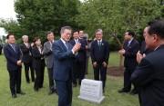 19日、平壌の百花園で訪朝記念の植樹を行った文在寅氏(平壌写真共同取材団)