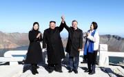 20日、白頭山の頂上がある将軍峰に登った金正恩夫妻と文在寅夫妻(平壌写真共同取材団)