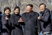 20日、白頭山で「ハートマーク」を作り韓国閣僚らと記念撮影する金正恩氏(韓国大統領府提供)