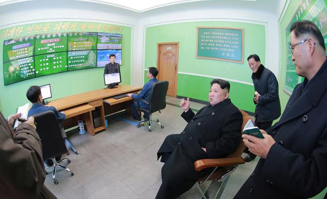年配の幹部に立ったままメモを取らせ、自分だけエラソーな金正恩氏(朝鮮中央通信)