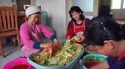 キムチを漬ける北朝鮮の女性たち(参考写真、朝鮮中央通信)