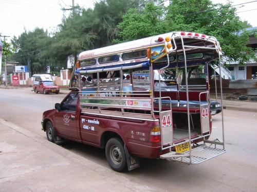 タイのトラックバス「ソンテウ」。事故に遭った三輪バイクはこれに似た形状だったと思われる。(画像:Wikipedia)