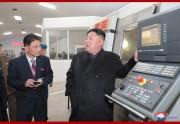 大館ガラス工場で現地指導を行う金正恩氏(2018年11月18日付朝鮮中央通信)