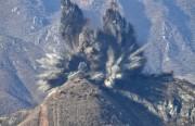 爆破により撤去される北朝鮮側の監視所(韓国国防省提供)