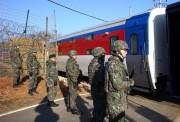 鉄道調査のため、非武装地帯を通過して北朝鮮側に入る韓国の列車(2018年11月30日、写真共同取材団)