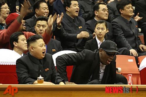 2013年3月、バスケットボールの試合を観戦する金正恩氏とデニス・ロッドマン(ニューシス Korea)