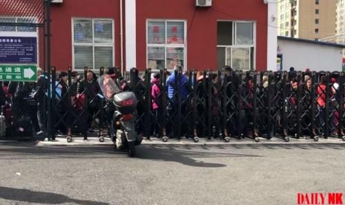 北朝鮮に向かう多数の中国人観光客が丹東税関で列に並んでいる(画像:デイリーNK情報筋)