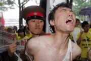 2005年8月25日、韓国・ソウルで行われた人権デモで、北朝鮮の拷問場面を演じる学生たち(ニューシス)