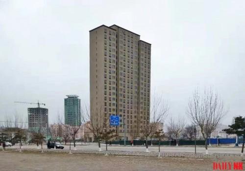 2018年11月末に撮影された羅先市内のマンション。100平米、120平米、140平米型があり、エレベーターも設置されている(画像:デイリーNK内部情報筋)
