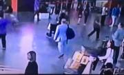 襲われる直前、空港の防犯カメラに捉えられた金正男氏(中央の黒いカバンの男性)