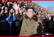 金正恩氏が第4回農業部門熱誠者会議の参加者らと記念写真を撮った(2018年12月29日付朝鮮中央通信)