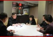 実務代表団から報告を受ける金正恩氏(2019年2月27日付朝鮮中央通信)