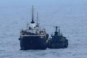 東シナ海で海上自衛隊が撮影した「瀬取り」。船籍不明の小型船が北朝鮮のタンカーにホースを接続している(防衛省提供)