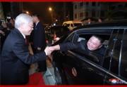 1日夜の歓迎宴の後、別れを惜しむグエン・フー・チョン国家主席と金正恩氏(2019年3月2日付朝鮮中央通信)