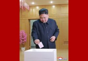 最高人民会議第14代大銀選挙で、第10号区第40号分区で投票する金正恩氏(2019年3月10日付朝鮮中央通信)