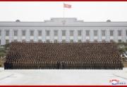 金正恩氏は27日、朝鮮人民軍第5回中隊長、中隊政治指導員大会の参加者と共に記念写真を撮影した(2019年3月28日付朝鮮中央通信)