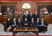 国務委員会のメンバーらと金正恩氏の記念写真(2019年4月13日付朝鮮中央通信)