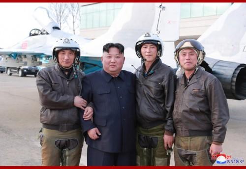 16日、第1017軍部隊を訪問した金正恩氏(2019年4月17日付朝鮮中央通信)