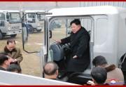 トラック工場を視察した金正恩氏(朝鮮中央通信)