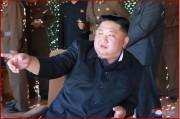 朝鮮人民軍最前線・西部前線防御部隊の火力打撃訓練を指導する金正恩氏(2019年5月9日付朝鮮中央通信)