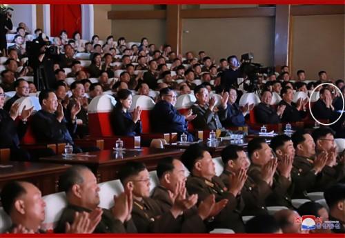 2日、軍人家族芸術サークル公演を鑑賞した金正恩氏と党幹部ら。右端が金英哲氏(2019年6月3日付朝鮮中央通信)