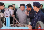 慈江道にある軍需工場、江界精密機械総合工場を視察する金正恩氏(2019年6月1日付朝鮮中央通信)