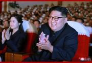 2日、軍人家族芸術サークル公演を鑑賞した金正恩氏(2019年6月3日付朝鮮中央通信)