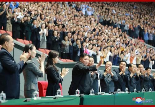 3日、大マスゲームと芸術公演「人民の国」を鑑賞した金正恩氏と側近たち。左から2人目が金与正氏(2019年6月4日付朝鮮中央通信)