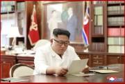 トランプ氏から送られた親書を読む金正恩氏(2019年6月23日付朝鮮中央通信)