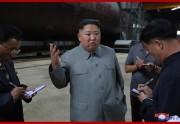 新たに建造された潜水艦を視察した金正恩氏(2019年7月23日付朝鮮中央通信)
