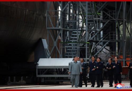 新たに建造された潜水艦を視察する金正恩氏(2019年7月23日付朝鮮中央通信)