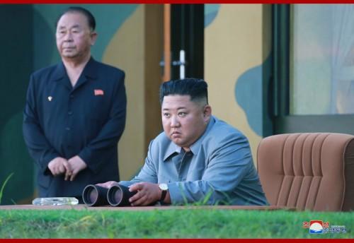 25日、「新型戦術誘導兵器」の威力示威射撃を指導した金正恩氏(2019年7月26日付朝鮮中央通信)